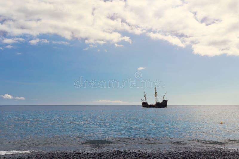 Sylwetka stary żeglowania naczynie blisko oceanu brzeg zdjęcie royalty free
