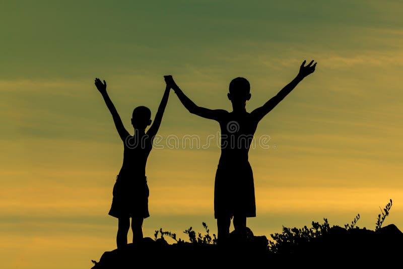 Sylwetka sukcesu chłopiec na górze zdjęcia royalty free