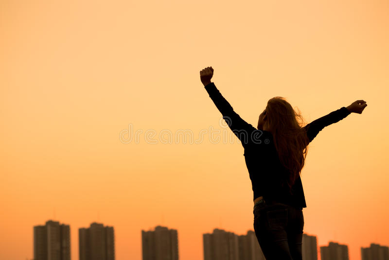 Sylwetka sukcesu kobieta wręcza up zdjęcia stock