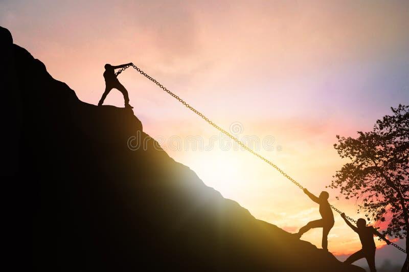 Sylwetka sukcesu, praca zespołowa i motywacja, ludzie przyciągają przyjaciół i pomagają podróżować po górach obrazy stock