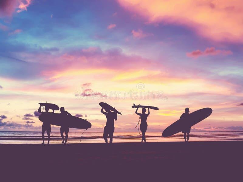 Sylwetka surfingowów ludzie zdjęcia royalty free
