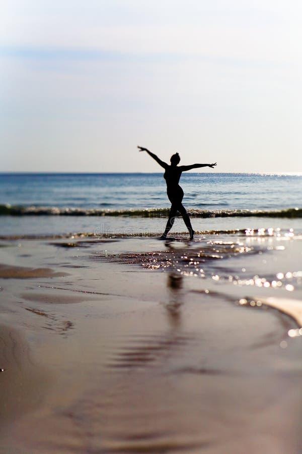 Sylwetka szczupła dziewczyna przeciw tłu morze obrazy stock