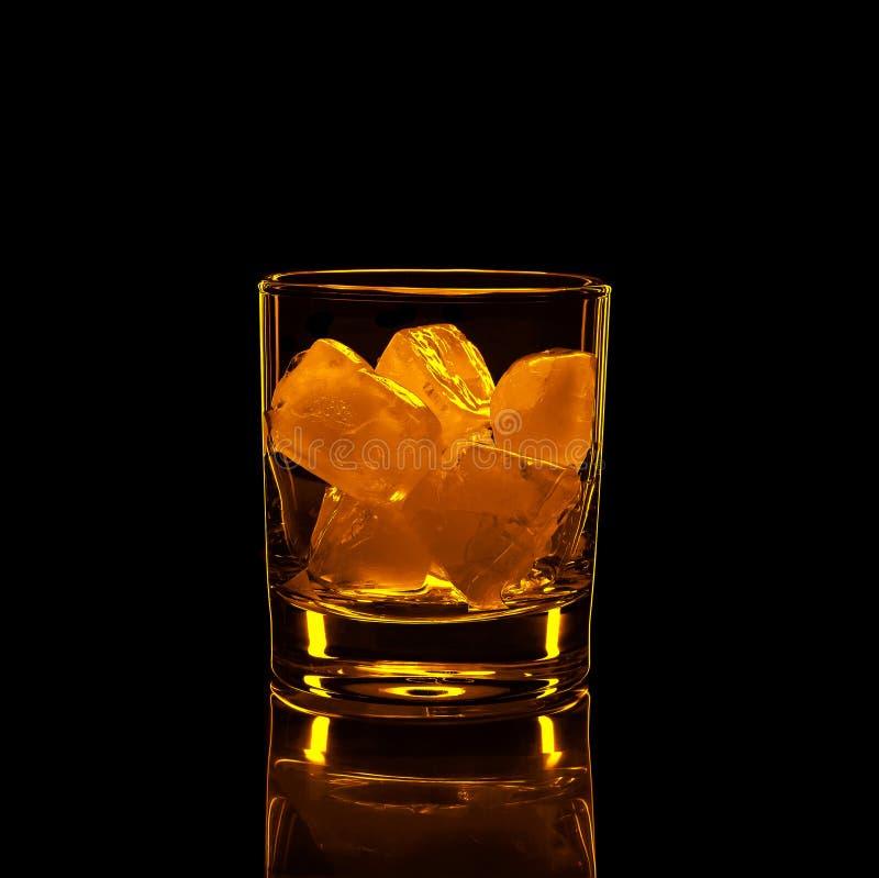 Sylwetka, szk?o, silny alkohol, l?d, czarny t?o, alkoholiczka, stara moda, whisky, odbicie, przyj?cie obraz stock
