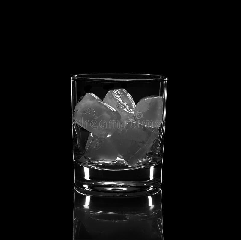 Sylwetka, szk?o, silny alkohol, l?d, czarny t?o, alkoholiczka, stara moda, whisky, odbicie, przyj?cie obraz royalty free