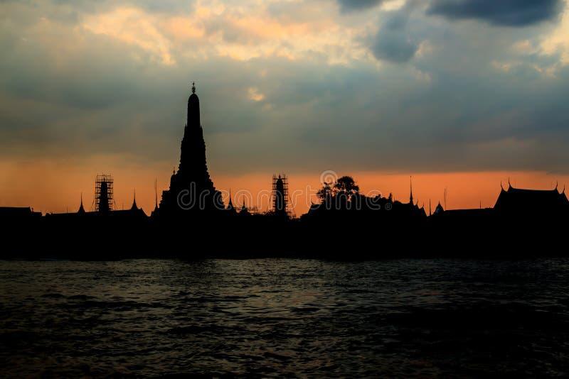 Download Sylwetka Wat Arun Przy Mrocznym Czasem Przy Słońce Setem Zdjęcie Stock - Obraz złożonej z wschód, city: 57659096