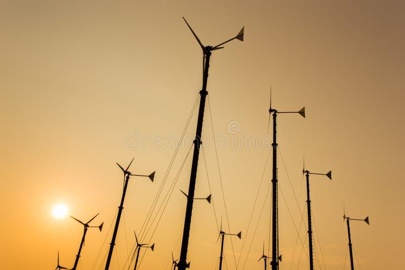 Sylwetka wiatraczki dla zasilanie elektryczne produkci zdjęcie royalty free