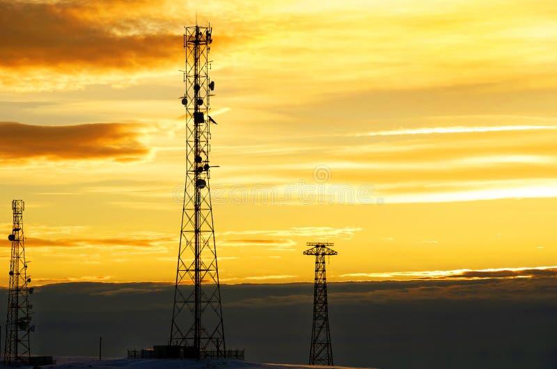 Sylwetka widok telefon komórkowy antena pod mrocznym niebem obraz royalty free