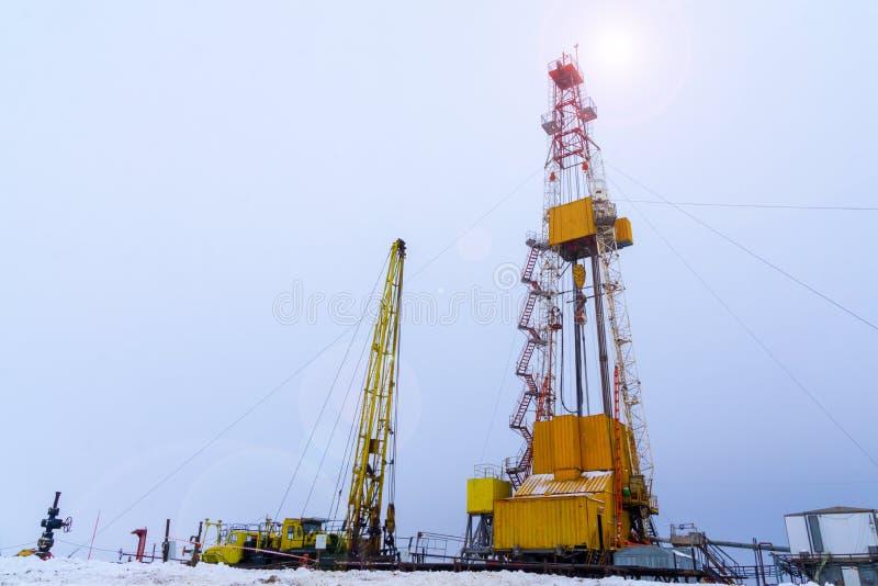 Sylwetka wizerunek ropa i gaz wiertniczy takielunek z dramatycznym niebem w szczerym polu Onshore gruntowy takielunek w ropa i ga zdjęcia royalty free