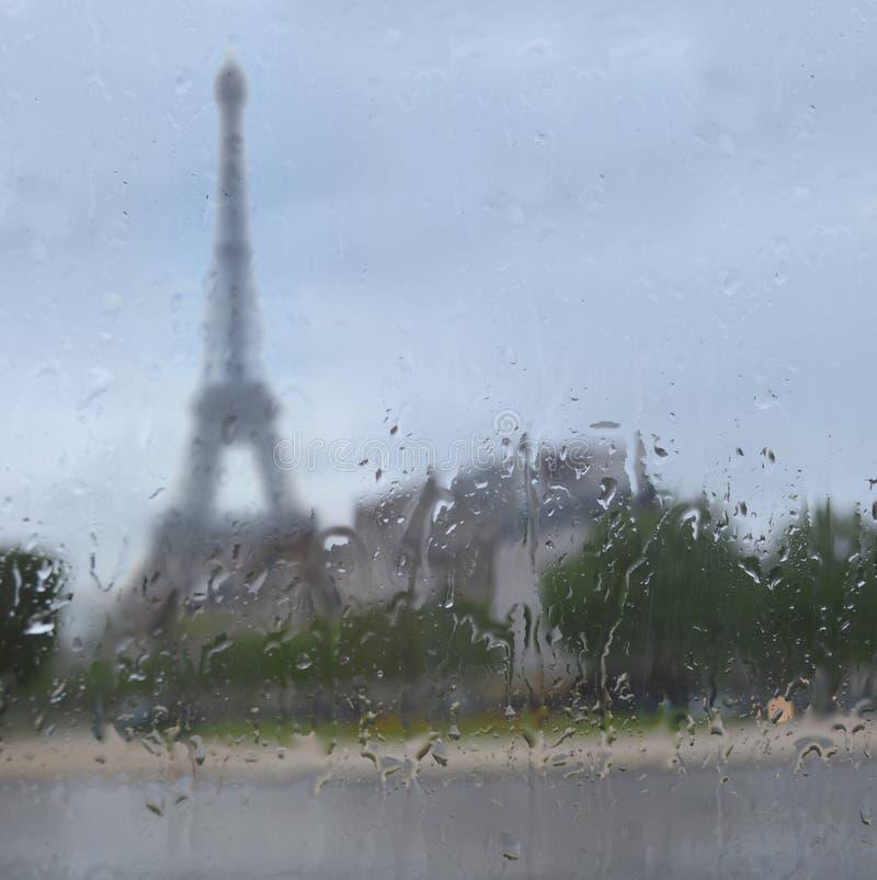 Sylwetka wycieczka turysyczna Eiffel przez okno z podeszczowymi kroplami zdjęcie stock