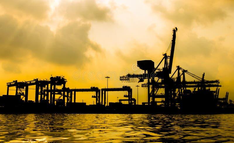 Sylwetka zbiornika ładunku zafrachtowań statek z pracującym żurawiem fotografia royalty free