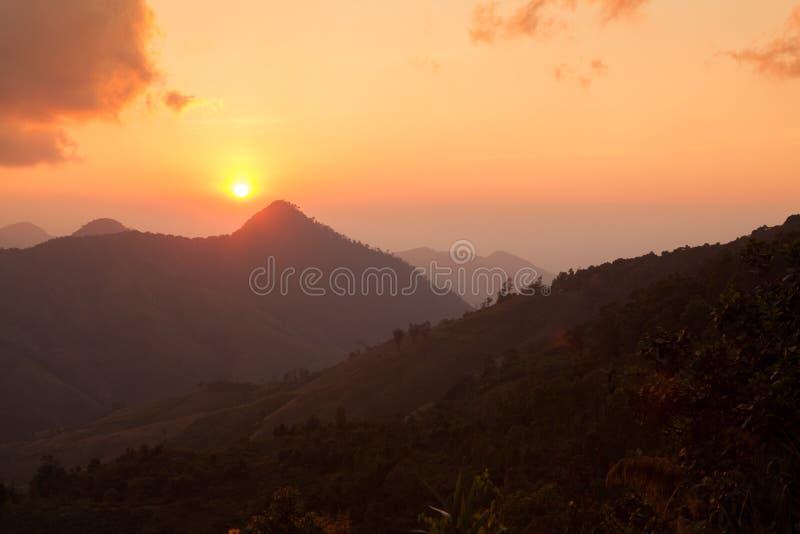 Download Sylwetka Zmierzch Nad Górami W Nan, Tajlandia Zdjęcie Stock - Obraz złożonej z piękny, horyzont: 53786074