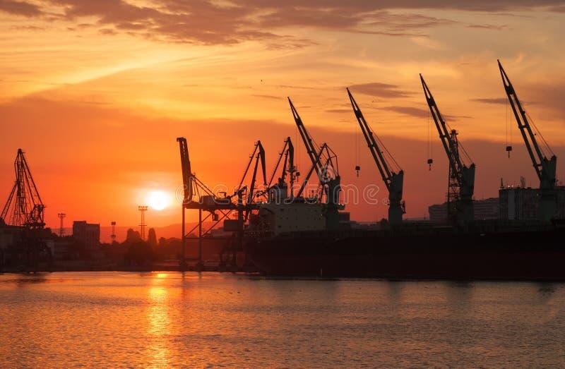 Sylwetki żurawie i ładunków statki w Varna obrazy royalty free