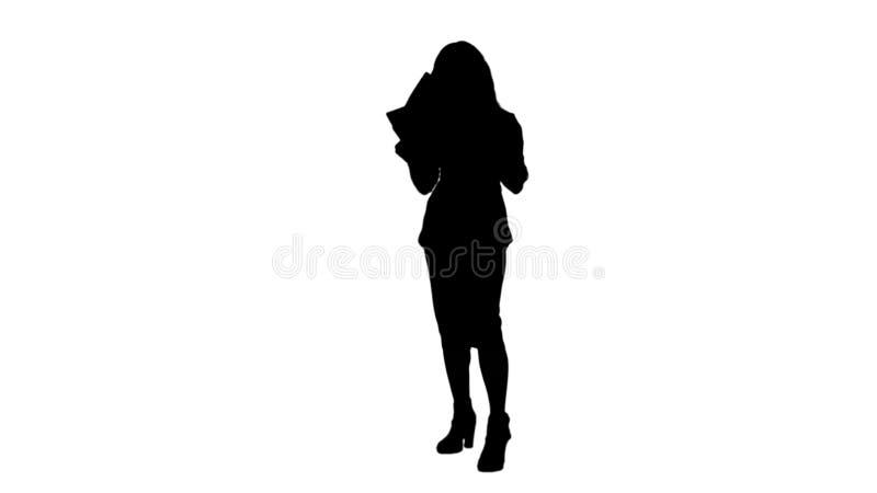 Sylwetki biznesowej kobiety mienia Młodzi dokumenty, czyta papiery tropią matte royalty ilustracja