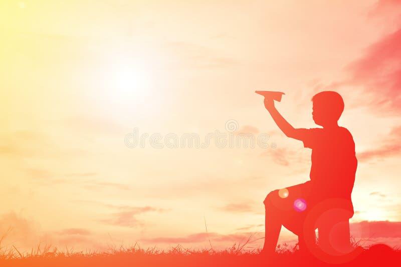 Sylwetki chłopiec mienia papieru rakieta obrazy royalty free