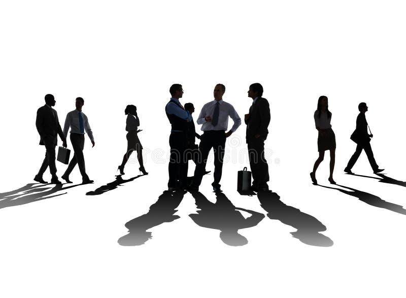 Sylwetki dyskusi komunikaci pojęcia ludzie biznesu zdjęcie royalty free