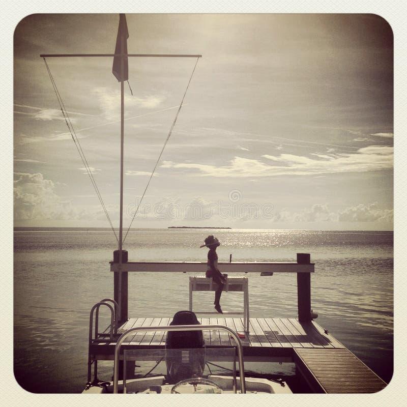 Sylwetki dziewczyny Floryda kluczy wody mały niebo lato - dok - obraz stock
