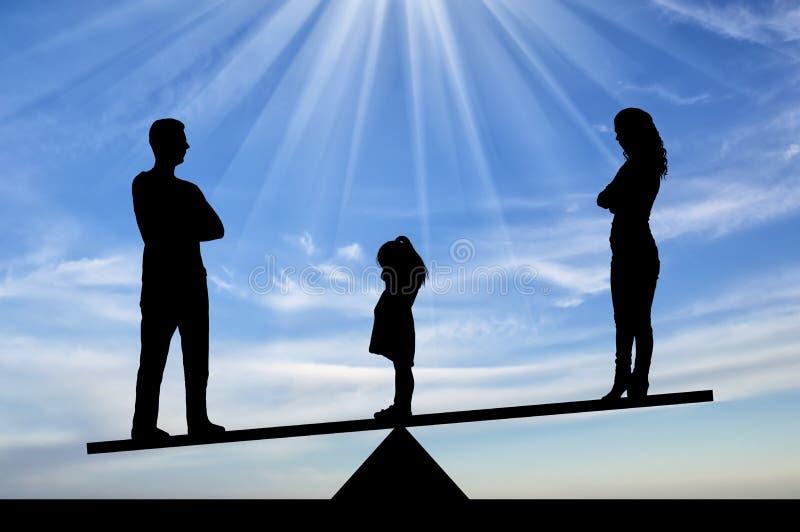 Sylwetki dziewczyny płaczu mała smutna pozycja między mamą i tata, wybiera zostawać z tata fotografia royalty free