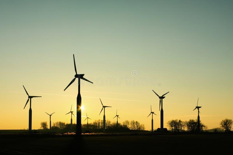 Sylwetki grupa silniki wiatrowi fotografia stock