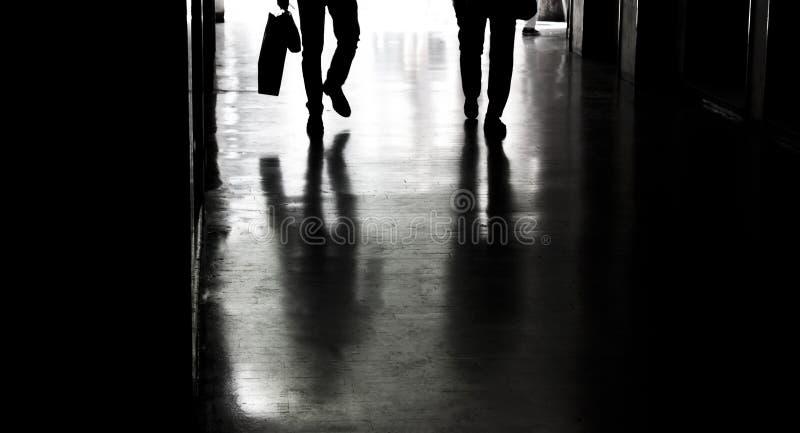 Sylwetki i cienie w mieście zdjęcie royalty free
