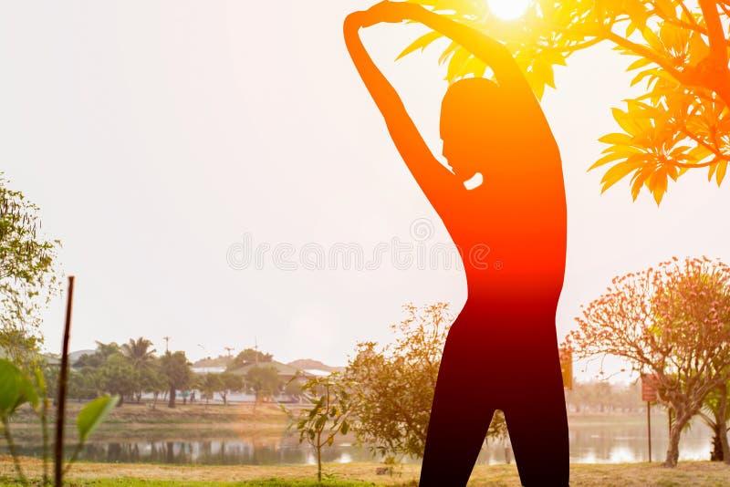 Sylwetki joga w parku obraz stock