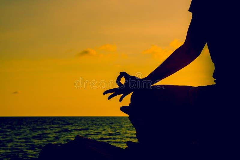 Sylwetki kobiety joga na halnym zmierzchu obrazy stock