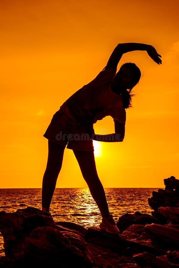 Sylwetki kobiety joga na halnym zmierzchu obraz stock