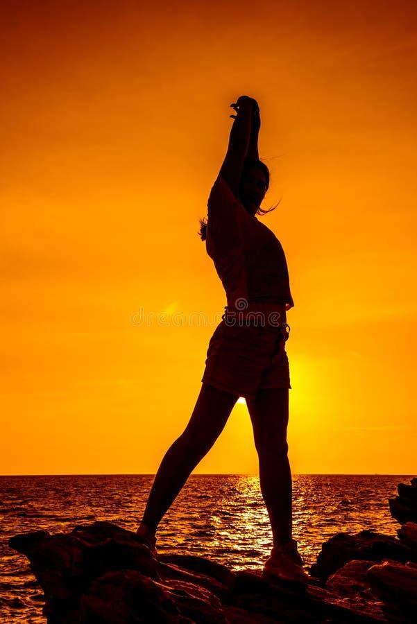 Sylwetki kobiety joga na halnym zmierzchu obrazy royalty free