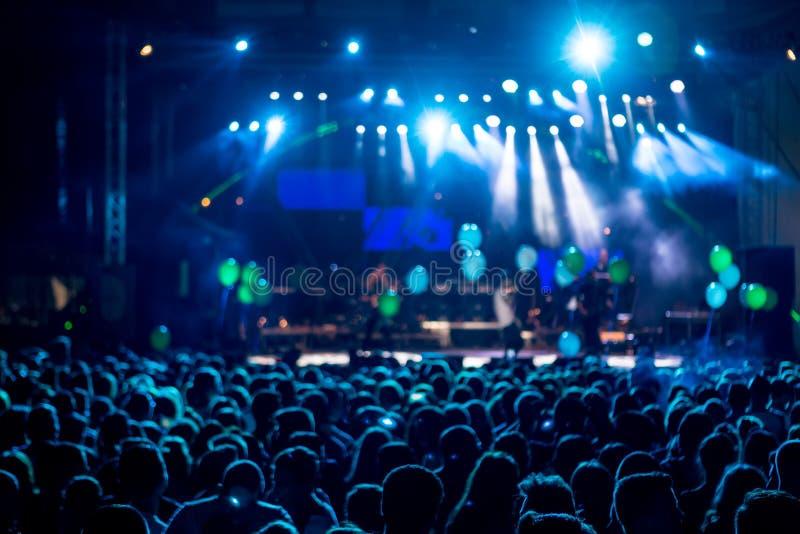 Sylwetki koncertowy tłum przed jaskrawą sceną zaświecają Mo zdjęcie stock