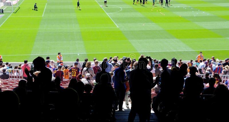 Sylwetki ludzie przy Obozowym Nou stadium przed losem angeles Liga dopasowywają między FC Barcelona i getafe cf na Maju 3, 2014 w zdjęcia royalty free