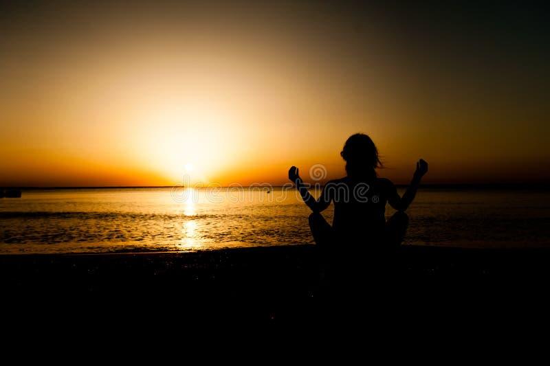 Sylwetki młodej kobiety ćwiczy joga obrazy stock