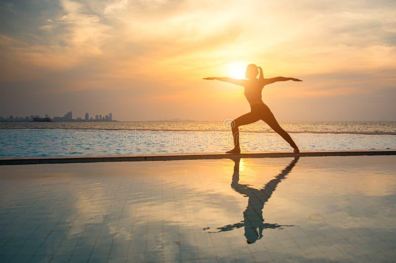 Sylwetki młodej kobiety ćwiczy joga zdjęcia royalty free