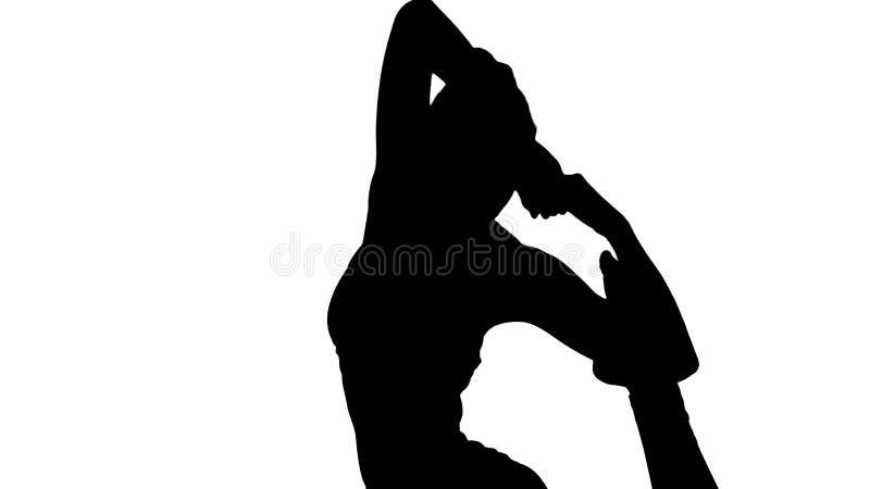 Sylwetki Piękna młoda kobieta robi Eka Pada Rajakapotasana joga pozie, jednonogiego królewiątka Gołębia postura obraz royalty free