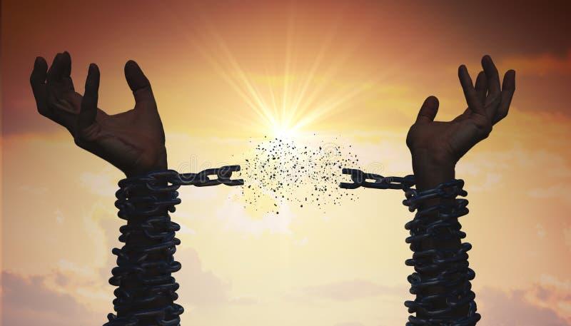Sylwetki ręki łamają łańcuch odizolowywająca pojęcie czarny wolność fotografia royalty free