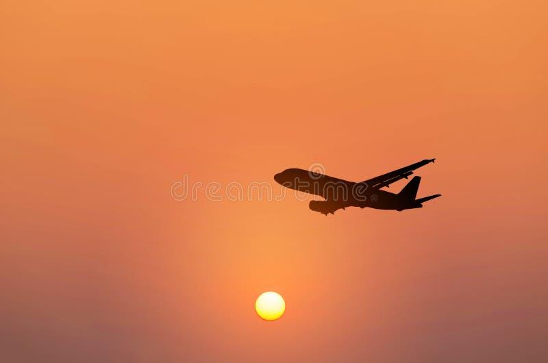 Sylwetki samolotowy latanie wewnątrz niebo podczas zmierzchu obraz royalty free