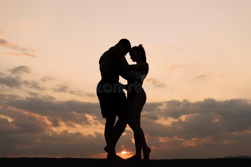 Sylwetki sportowy para taniec na zmierzchu Piękny chmurnego nieba tło fotografia royalty free