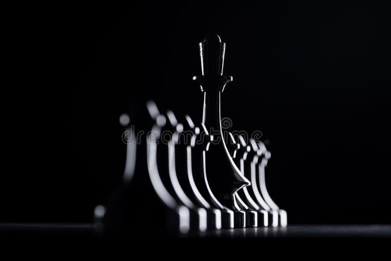 sylwetki szachowi pionkowie i królowa zdjęcia stock