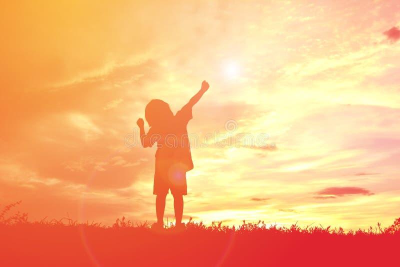 Sylwetki szczęśliwa mała dziewczynka zdjęcie royalty free
