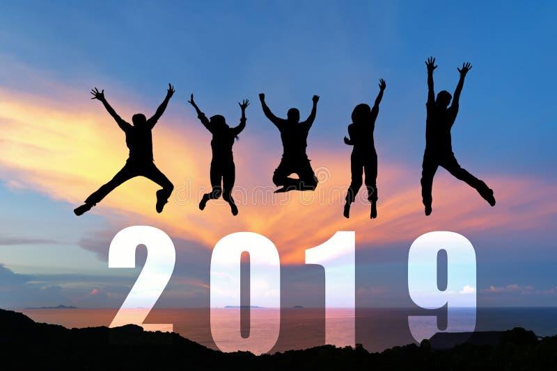 Sylwetki szczęśliwej biznesowej pracy zespołowej skokowy gratulacyjny skalowanie w Szczęśliwym nowym roku 2019 Wolności styl życi zdjęcie stock