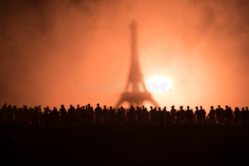 Sylwetki tłum pozycja przy polem za zamazanym mgłowym tłem Rewolucja, ludzie protestuje przeciw rzędowi, mężczyzna f fotografia royalty free
