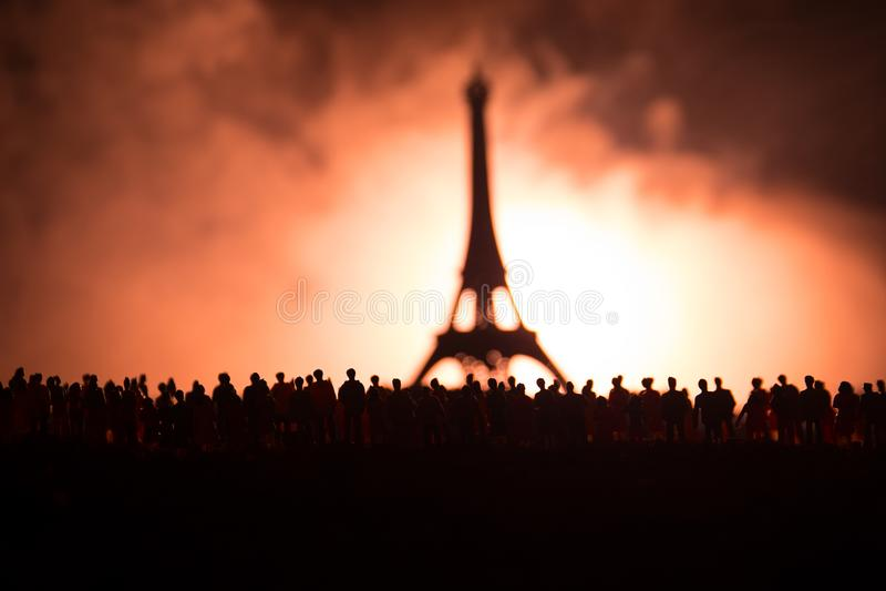 Sylwetki tłum pozycja przy polem za zamazanym mgłowym tłem Rewolucja, ludzie protestuje przeciw rzędowi, mężczyzna f fotografia stock