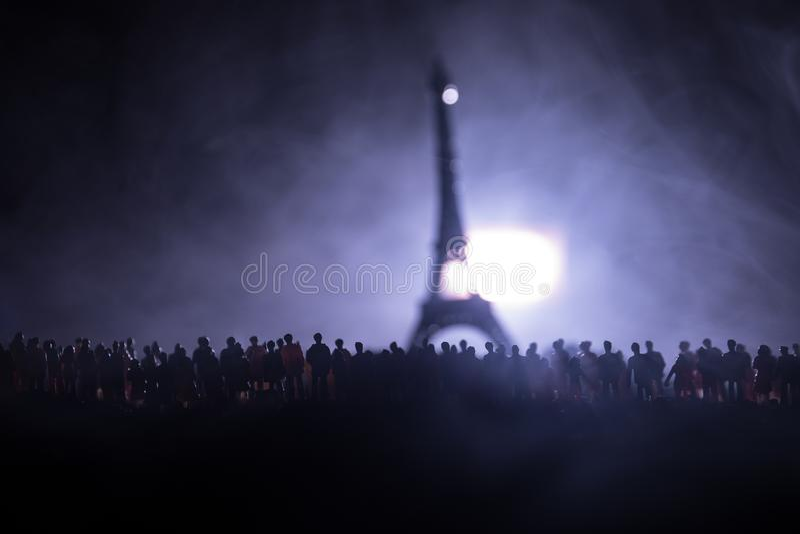 Sylwetki tłum pozycja przy polem za zamazanym mgłowym tłem Rewolucja, ludzie protestuje przeciw rzędowi, mężczyzna f zdjęcia stock