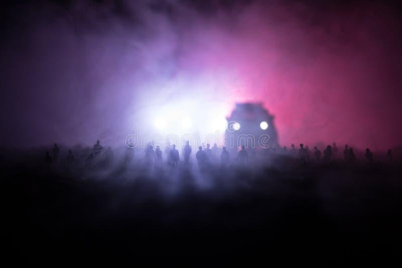 Sylwetki tłum pozycja przy polem za zamazanym mgłowym tłem Rewolucja, ludzie protestuje przeciw rzędowi, mężczyzna f zdjęcie royalty free
