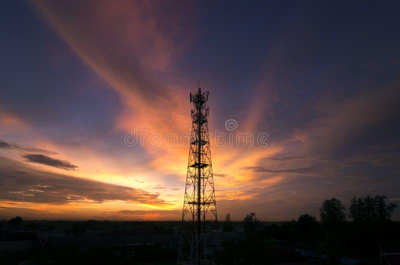 Sylwetki telekomunikaci wierza zdjęcia royalty free