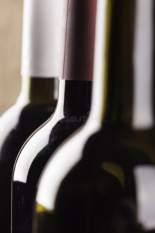 Sylwetki wino butelek zbliżenie obraz stock