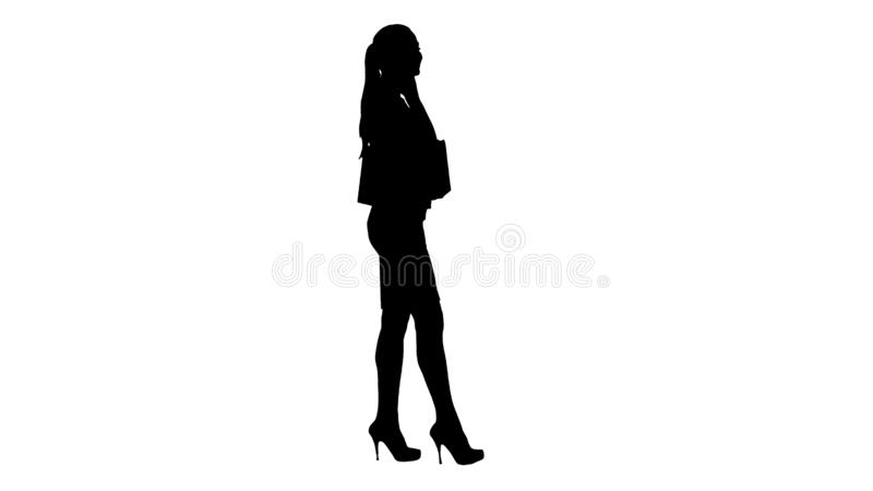 Sylwetki Z podnieceniem kobieta opowiada na telefonie komórkowym z torbami na zakupy zdjęcie stock