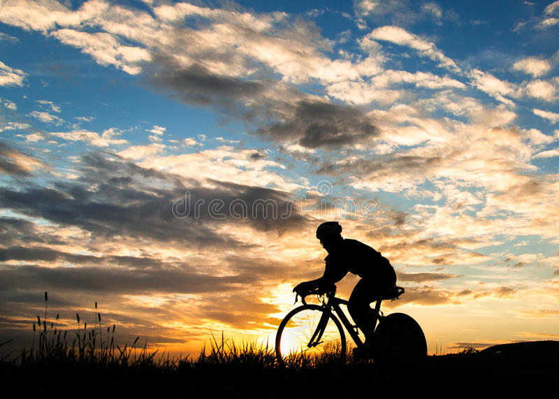 sylwetki zmierzchu triathlete obrazy royalty free