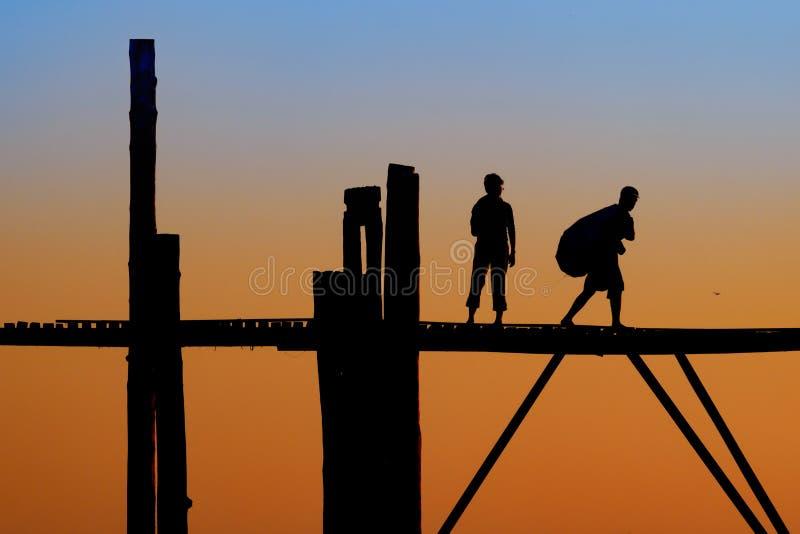 Sylwetkowi ludzie na U Bein moscie fotografia stock
