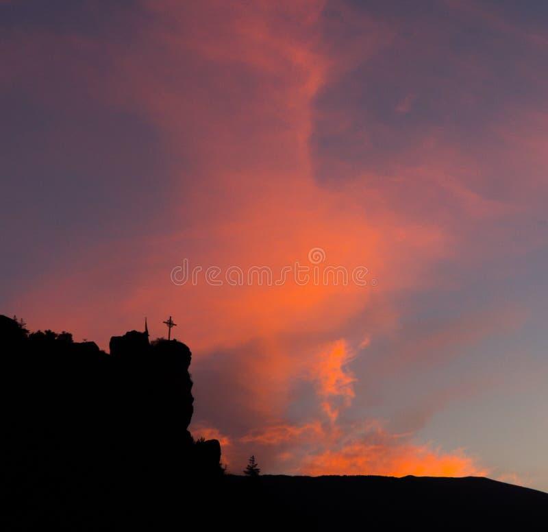 Sylwetkowy krzyż przy wschodem słońca zdjęcie stock