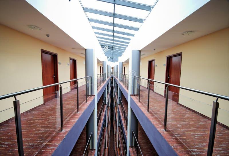 Symétrie de couloirs d'hôtel image libre de droits