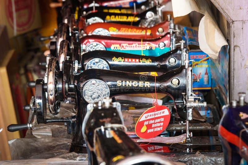 Symaskiner som ?r till salu i lokal marknad i Jaipur Rajasthan india royaltyfri fotografi